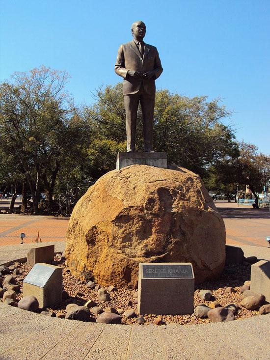 768px-Estatua_de_Sir_Seretse_Khama