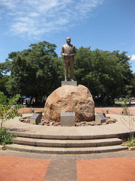 Khama_statue